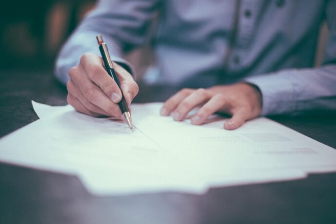 Firma de un contrato (Scott Graham Unsplash)